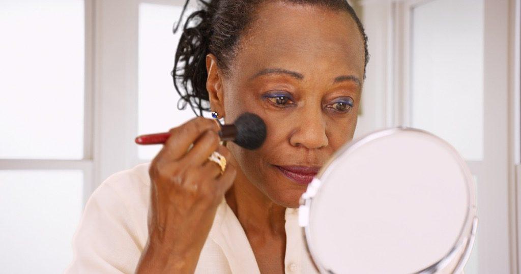 changements de la peau 50s , maquillage pour les femmes plus âgées