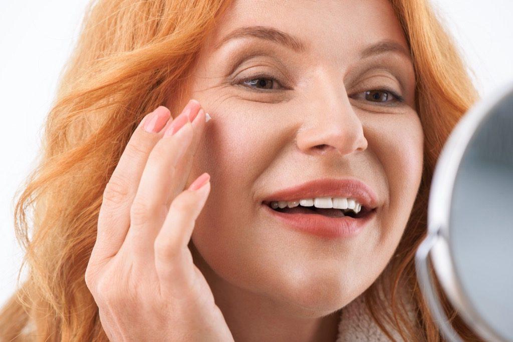 arrêtez de juger les femmes de plus de 40 ans, maquillage pour les femmes plus âgées