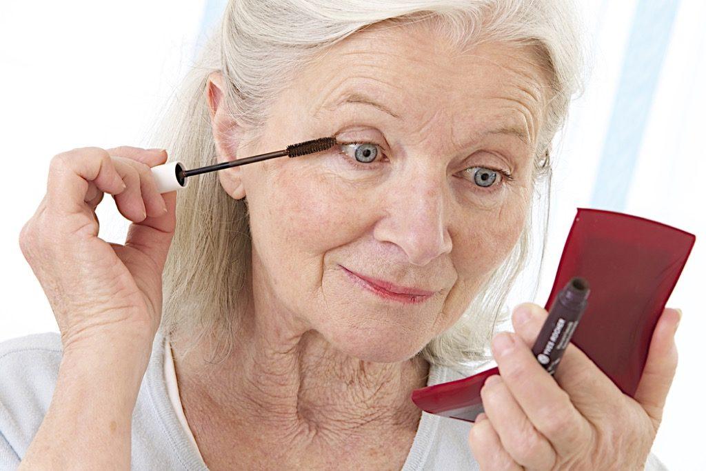 astuces maquillage yeux plus de 50 ans, maquillage pour femmes plus âgées