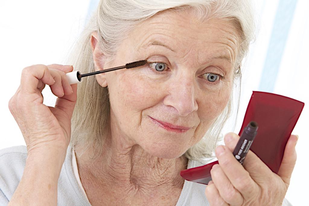 astuces de maquillage des yeux pour les plus de 50 ans, maquillage pour les femmes plus âgées