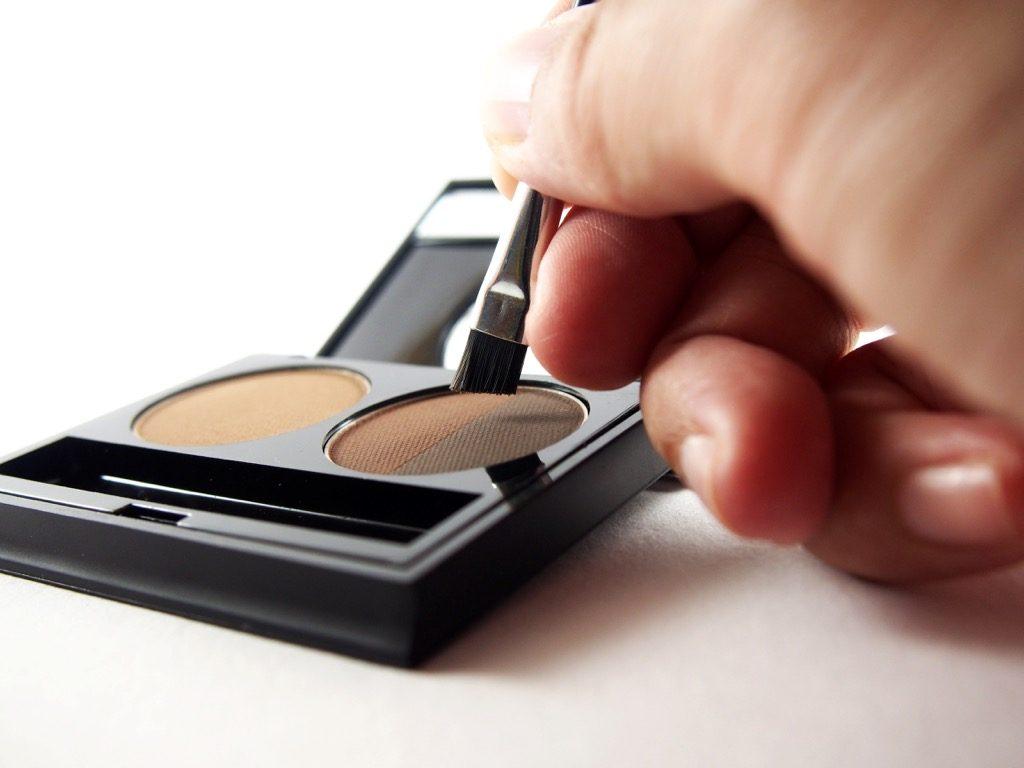 poudre pour sourcils, maquillage pour femmes âgées