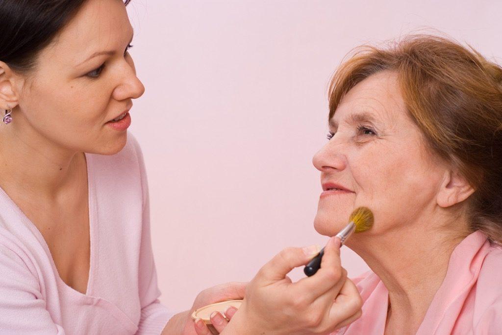 poudre pour le visage astuces de maquillage pour les plus de 50 ans, maquillage pour les femmes plus âgées