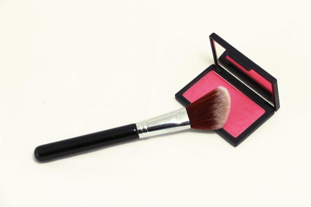 Fard à joues rose, garde-robe, maquillage pour les femmes âgées.