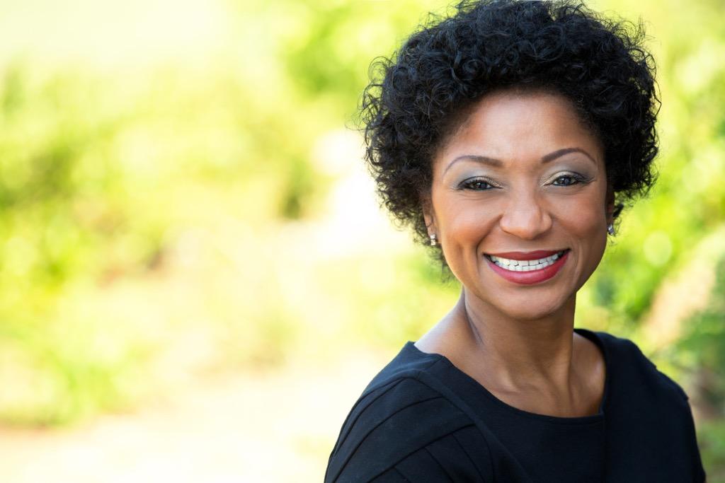femme plus âgée souriant à l'extérieur, maquillage pour femmes plus âgées