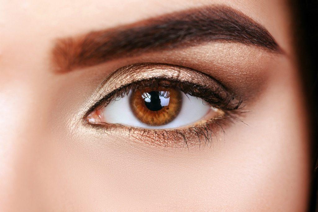 maquillage eye liner, maquillage pour femmes âgées