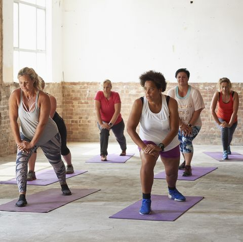 Entraîneur de fitness féminin dirigeant un cours à la salle de gym