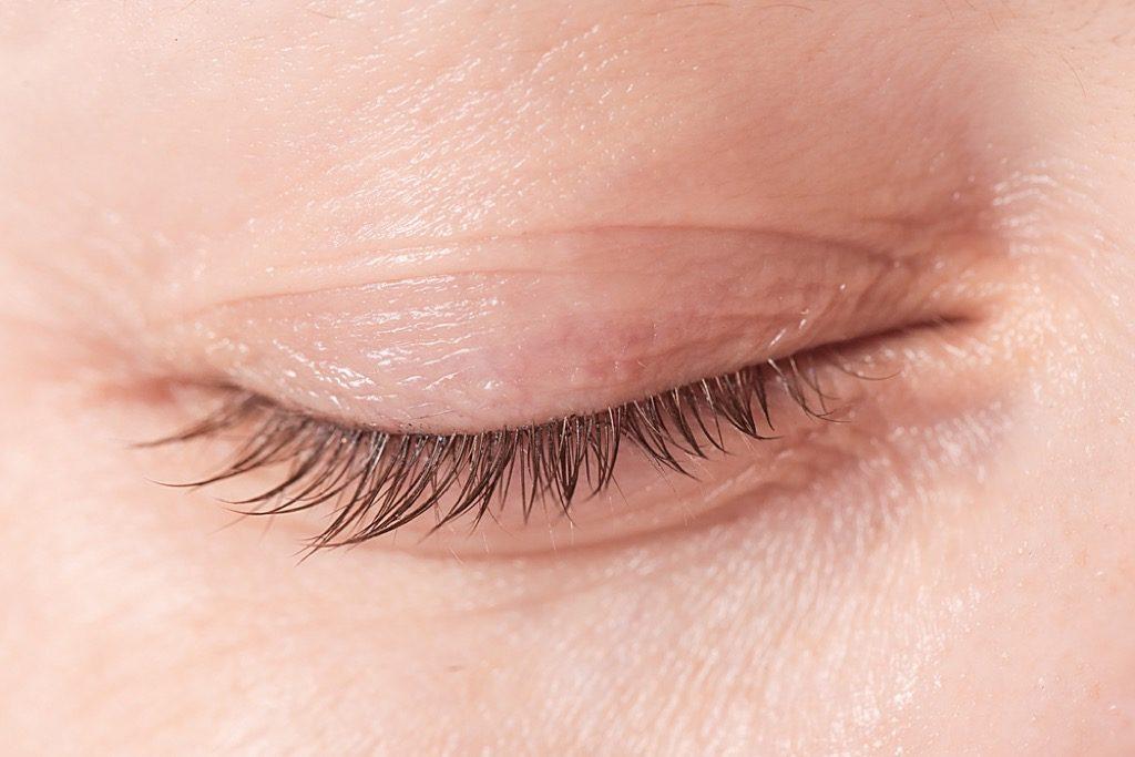 astuces de maquillage des paupières pour les plus de 50 ans, maquillage pour les femmes plus âgées